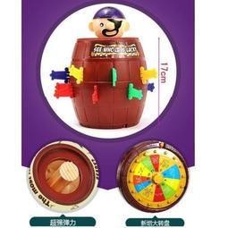 【艾蜜莉生活館】整人玩具 插劍遊戲/瘋狂海盜桶+命運轉盤 兩種遊戲模式 (超大號17cm高)/驚嚇桶